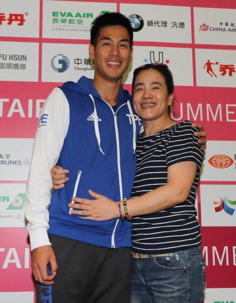 楊俊瀚在賽後記者會上真情流露,媽媽陳秀琴意外現身。臺北世大運組委會提供
