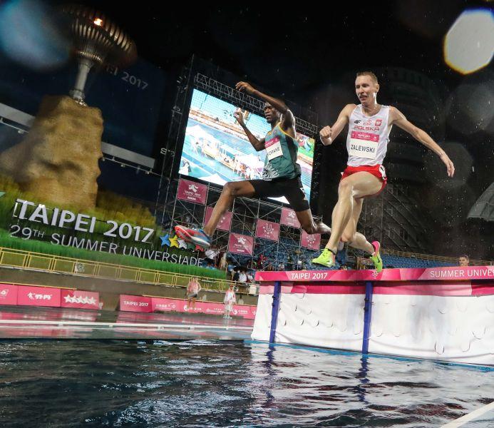 臺北世大運田徑男子3000公尺障礙在滂沱大雨中進行。圖/2017世大運組委會提供
