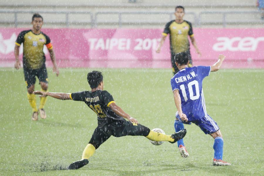 中華隊陳浩瑋(藍衣)本場比賽被馬來西亞嚴加防守。台北世大運組委會提供