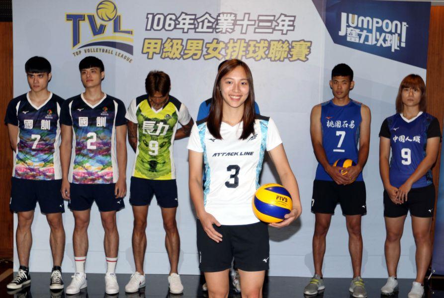 珀兆女排隊蕭湘凌(前)穿新球衣亮相。林嘉欣/攝影。