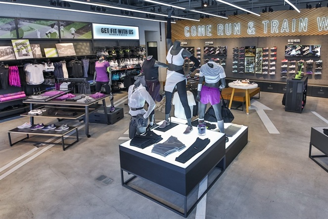 一樓空間提供女子跑步與訓練專業服裝鞋款以及適合各種強度運動的運動內衣。NIKE提供