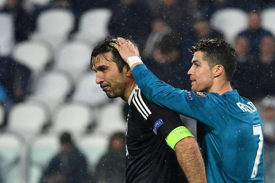 布馮(左)歐冠淘汰後,C.羅也特別來安慰他。法新社