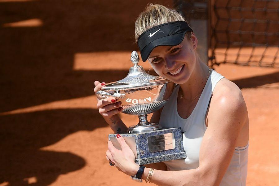 絲薇托莉娜抱著第12座冠軍。法新社