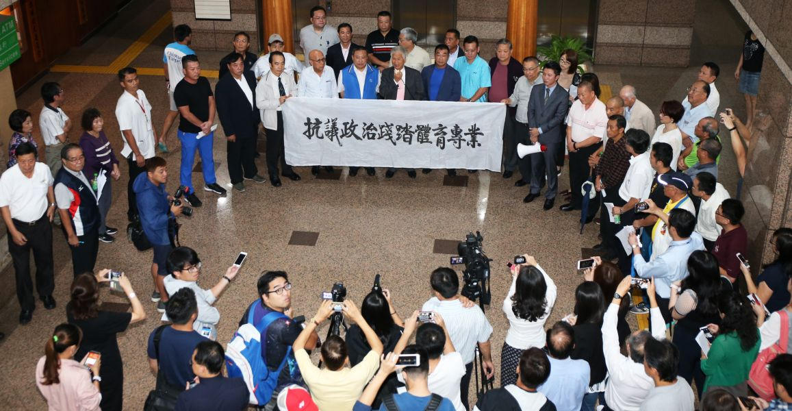 數個單項協會在體育大樓內抗議連署。李天助攝