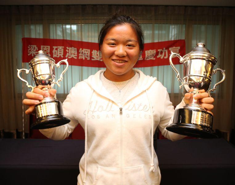 梁恩碩舉著單雙料冠軍盃榮耀返台。李天助攝