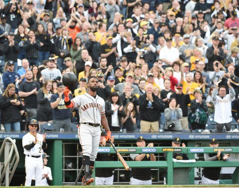 麥卡臣重返海盜主場,脫帽向全場球迷致意。(圖片取自 @Hornerfoto1推特)