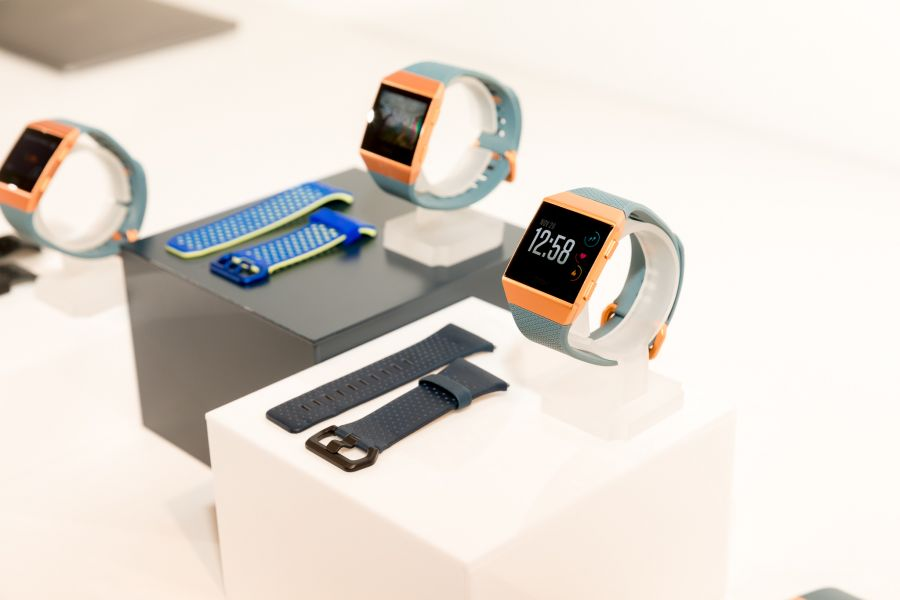 Fitbit Ionic 新品展示。Fitbit提供
