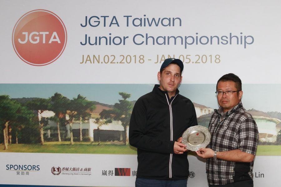 JGTA董事總經理托爾頒感謝盤給全國球場吳憲紘總經理(右)。圖/大會提供(鍾豐榮攝)