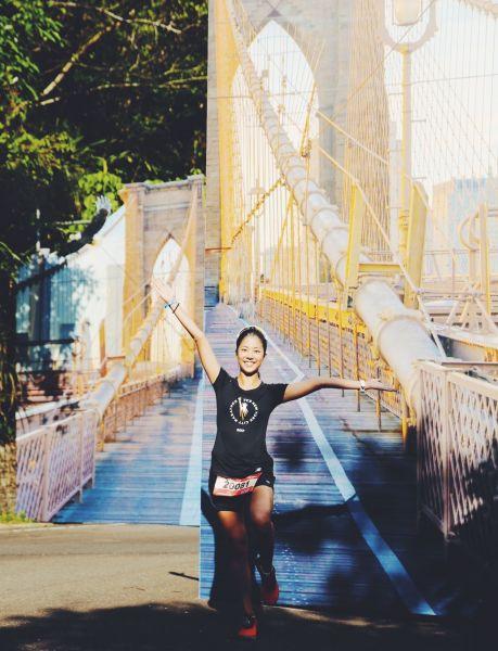 New Balance精心打造實景紐約佈景,讓跑者宛如真實穿越「布魯克林大橋」。
