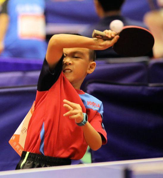 高雄市中山國小周祖安首戰輕鬆贏深圳寶安選手肖翔。