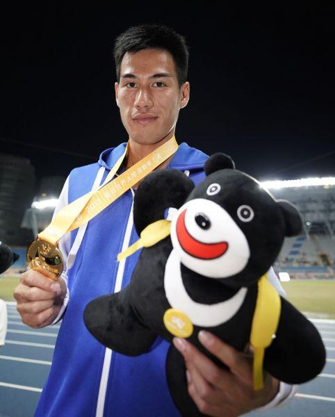 楊俊瀚表示這面金牌,就是為大家拿的。李天助攝