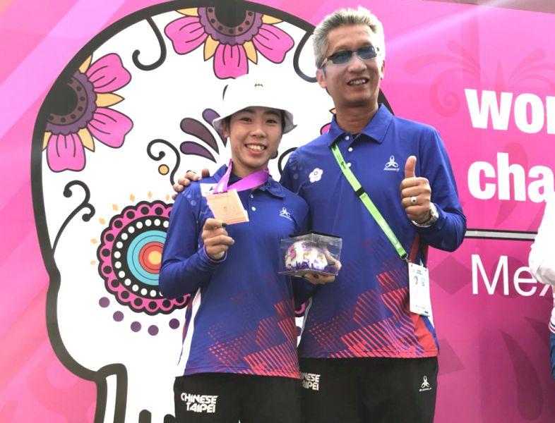 中華女子隊譚雅婷(左)拿下兩面銅牌,右為教練倪大智。倪大智/提供。