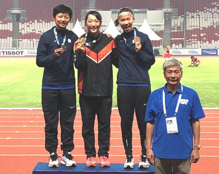 女子七項中華隊朱佳翎(左)摘銀、向嘉莉(右)得銅,由田徑協會秘書長王景成頒獎。田徑協會/提供。
