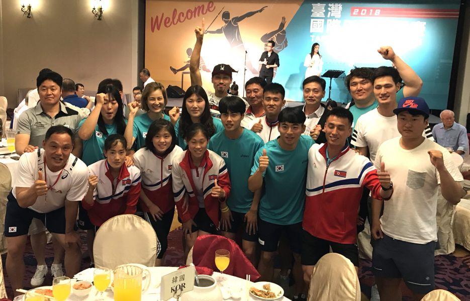 台灣田徑公開賽歡迎晚宴,南北韓選手一家親。田徑協會/提供。