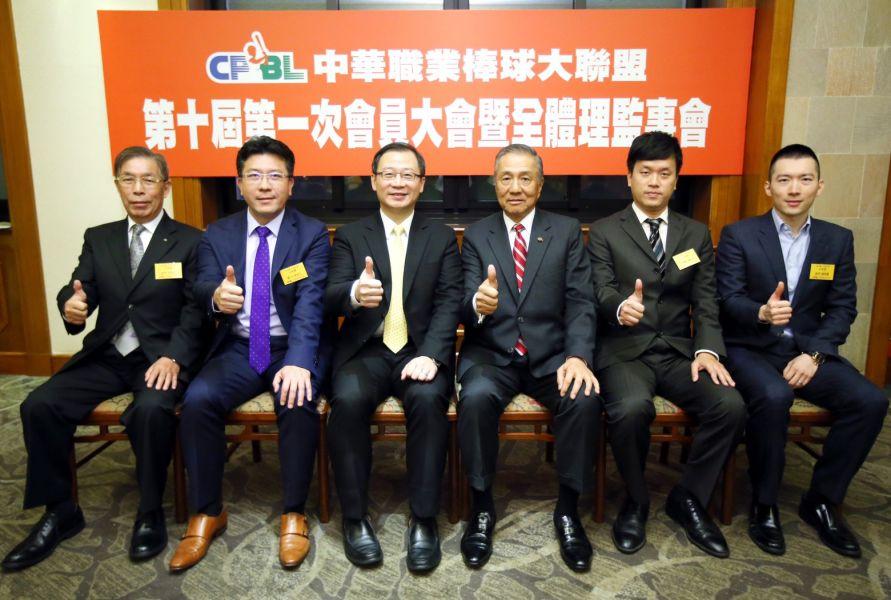現任會長吳志揚(左三)以17票全數通過,順利連任第十屆中職會長。圖/中職提供