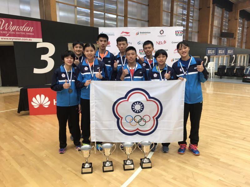 贏得4冠3亞的台灣潛優小將們開心合影/台灣羽隊教練團提供