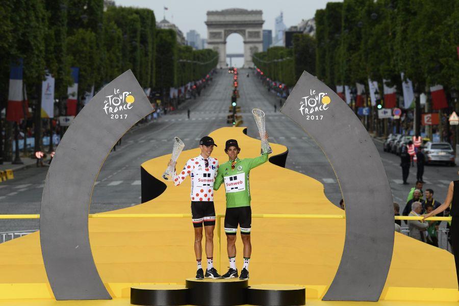 Team Sunweb車隊兩大好手在法國巴黎凱旋門前接受頒獎