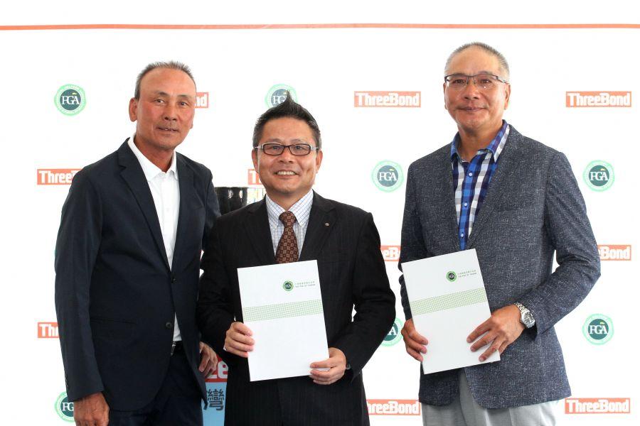 ThreeBond香港有限公司社長兼重道雄(中)和TPGA理事長謝錦昇(右)簽約繼續贊助挑戰巡迴賽,挑戰賽執行長陳志忠(左)。鍾豐榮攝影