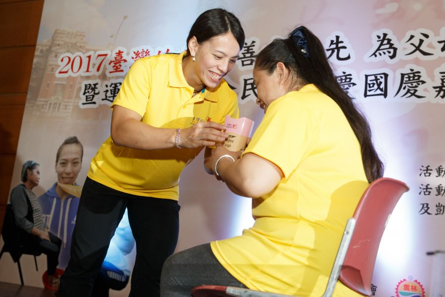 郭婞淳幫母親洗腳,展現孝順、溫柔的一面。  中華民國體育總會提供