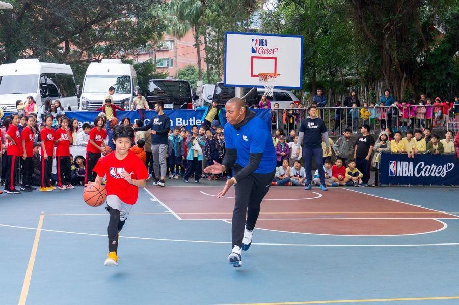 巴特勒教孩童打球。 取自官網