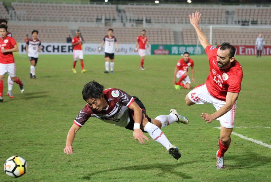 航源FC前鋒陳慶烜(左)率先頭槌。航源FC提供