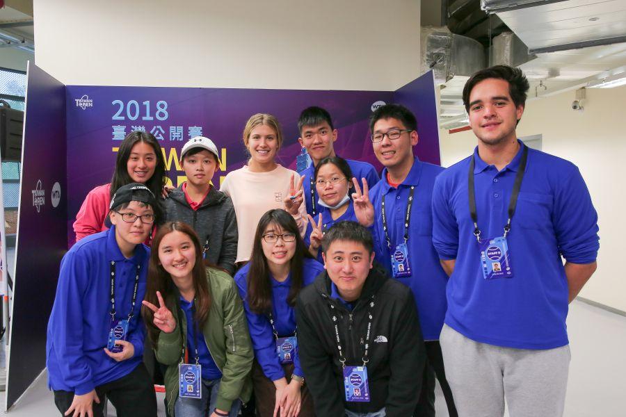 布夏親民的與工作人員合照。WTA臺灣公開賽大會提供