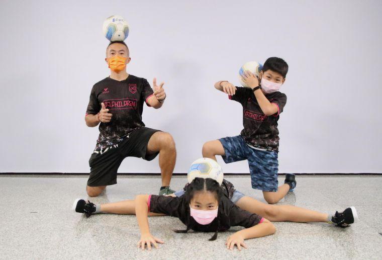 興糖國小教師「小阿諾」吳哲銘與女兒、兒子,進行親子互動式的足球教學。高雄運發局提供