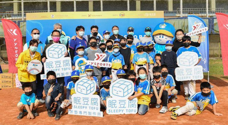 「眠豆腐SLEEPY TOFU」捐贈迷你棒球器材予基隆家扶中心「家扶Enjoy社區棒球隊」。官方提供