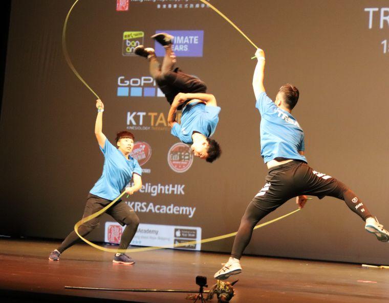 「TRSA-kingdom」做出多個騰空動作,博得全場觀眾歡呼。臺灣專業花式跳繩學院提供