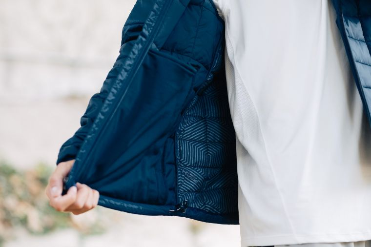 「UA Insulated 保暖外套」獨家「UA ColdGearR Infrared」熱傳導防寒層,讓你的體溫平衡維持在最佳溫度。官方提供