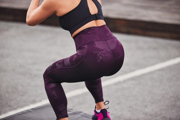 「UA NO-SLIP WAISTBAND緊身褲」系列,褲頭內層配置雙面矽膠材質,有效防止褲頭在訓練移動時滑動或鬆弛,高腰設計更提供完整包覆及穩定支撐。官方提供