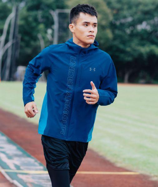 「UA Qualifier連帽外套」擁有UA Storm防潑水科技,保護身體不受風吹雨淋。官方提供