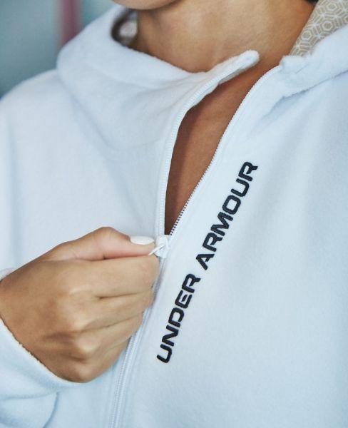 「UA Recover Fleece」設計細節上,剪裁與造型十分特別,有別於一般的直式拉鍊,女性款式的斜拉式拉鍊外套讓全白的外套增添了時尚感,成為全場注目的焦點!官方提供