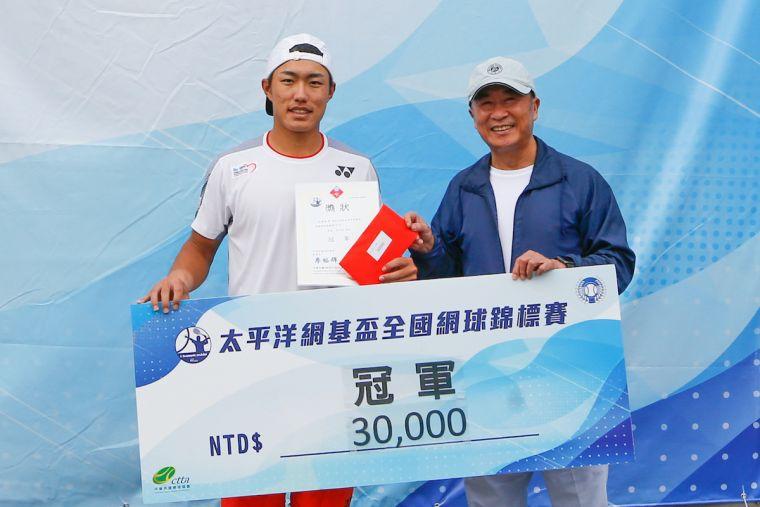 太平洋網球發展基金會董事長廖裕輝頒發男單冠軍支票予許育修。海碩整合行銷提供
