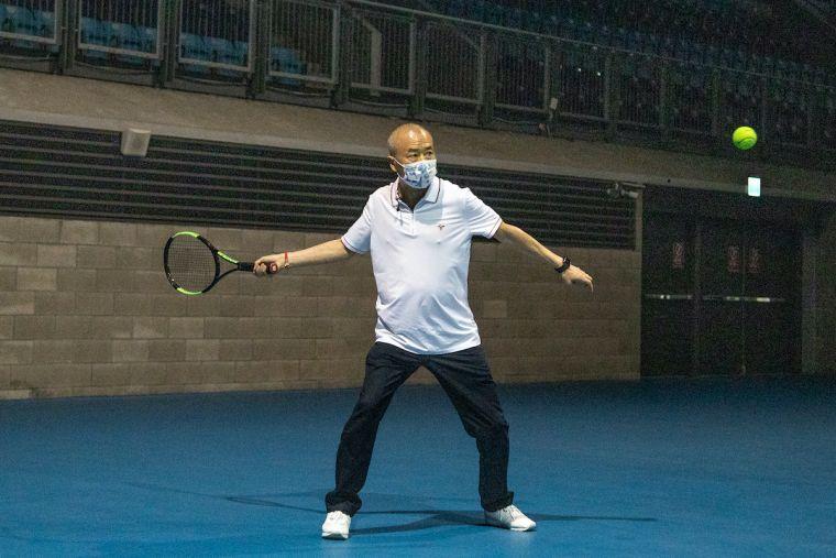 太平洋網球發展基金會董事長廖裕輝與學員進行互動對打。海碩整合行銷提供