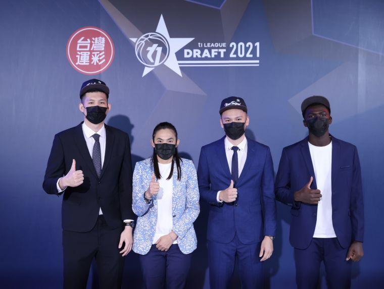 T1聯盟第一輪獲選球員與會長錢薇娟合照(左起尤楚翔、錢薇娟、謝亞軒、阿巴西),官方提供