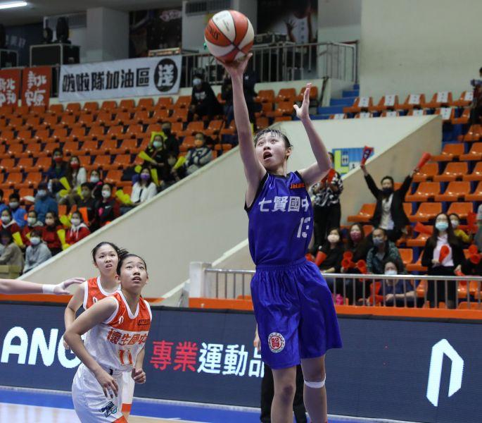 七賢「一姊」蔡菀娗17分、19籃板「雙十」。大會提供