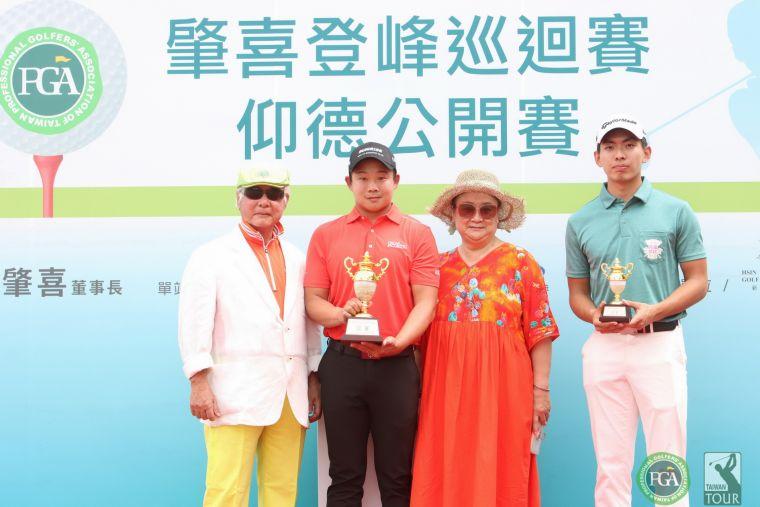 三商榮譽董事長翁肇喜(左一)和夫人(右二).李玠柏職業冠軍(左二).業餘冠軍呂孫儀(右一)。鍾豐榮攝影