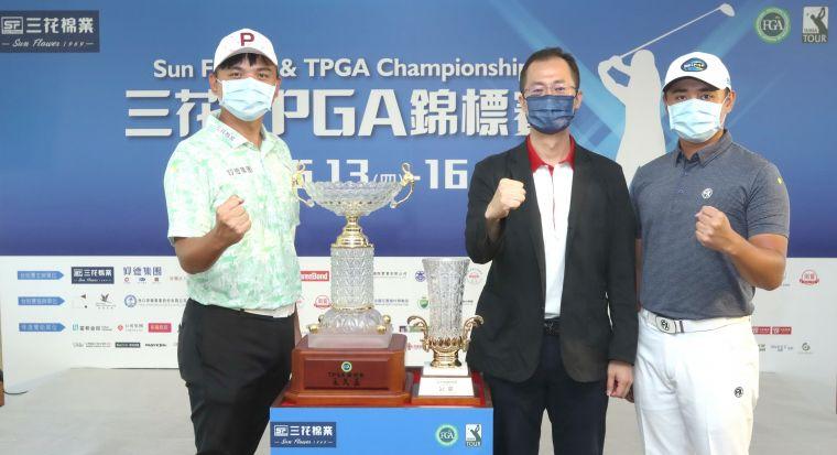 三花棉業總經理施養謙(中)在記者會中和去年冠軍選手葉昱辰(右)以及三連冠洪健堯(左)一起合影。鍾豐榮攝影