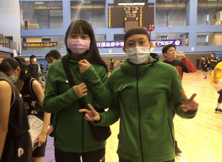 上季冠軍賽MVP張聿嵐(右)、前鋒鄭莉萱替母校宜蘭復興加持。大會提供