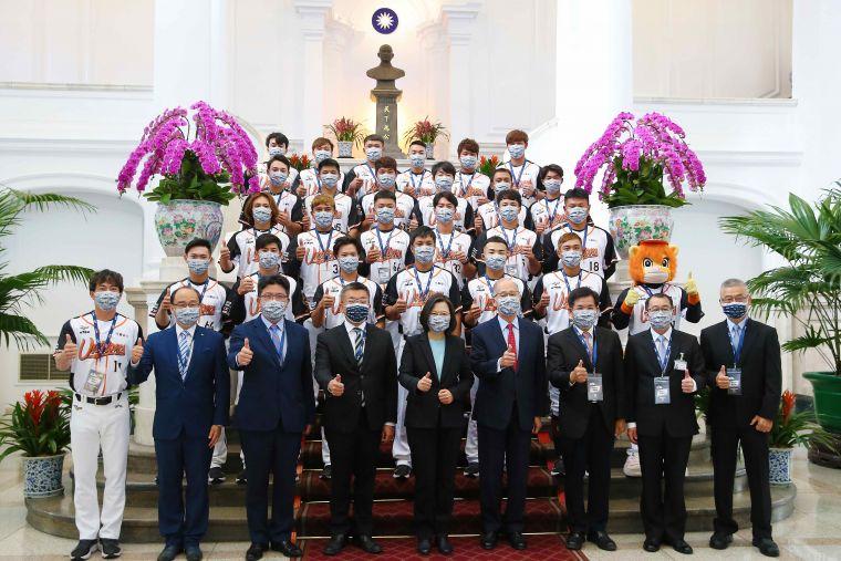 中華職棒統一7-ELEVEn獅隊前進總統府晉見蔡英文總統。官方提供