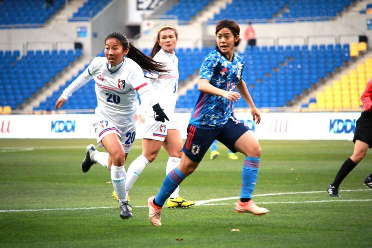 中華隊李宛珍(左白衣)首度入選今日先發上陣。全國足協提供