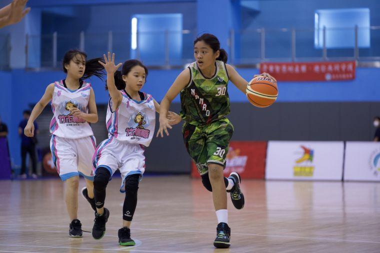 也著NBA勇士咖哩大神柯瑞「30」戰袍的南澳女籃莊云晴運球突破高峰兩人夾擊。大會提供