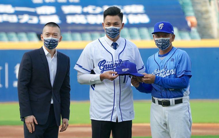 今年中職選秀狀元江少慶正式加盟富邦悍將。官方提供
