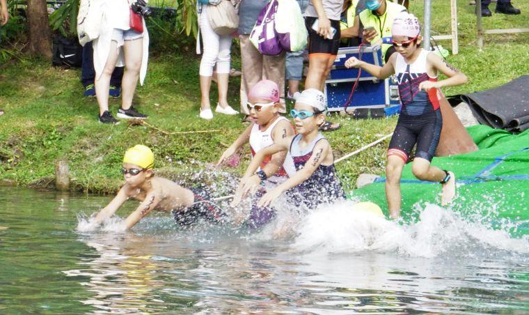 台灣小鐵人比賽有模有樣。中華民國鐵人三項協會提供