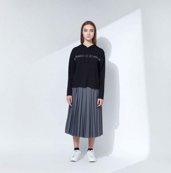 今年首度推出的百褶過膝裙可搭襯連帽T恤或長版襯衫。官方提供