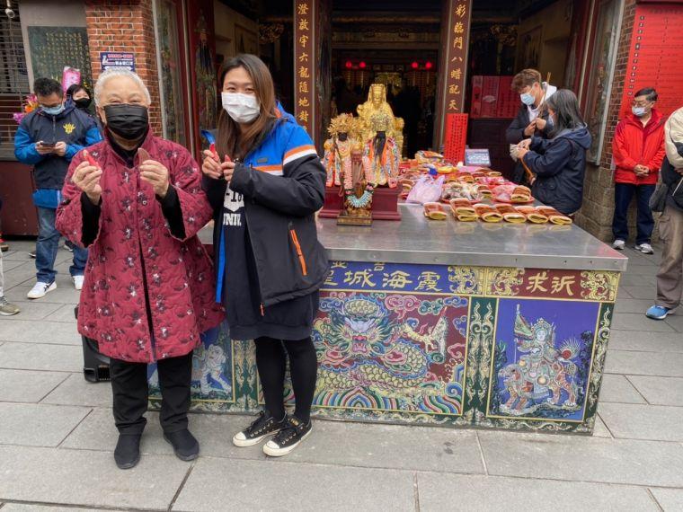 來自「暗光鳥跑團」的林元晶(右)成為第一位挑戰成功的幸運兒,和台北霞海城隍廟管理人陳文文(左)一同在神明面前見證。大會提供