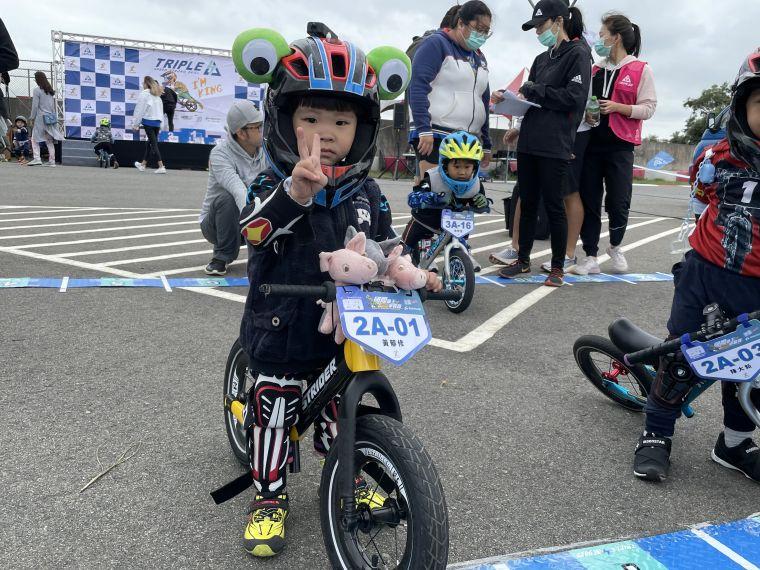 來自桃園的黃郁修(男)小選手,今年2歲,玩滑步車至今已有半年,車上竟綁滿可愛的三隻小豬玩偶,希望玩偶能陪同一起參賽,今日最大的目標非奪冠而是是全程完賽。官方提供