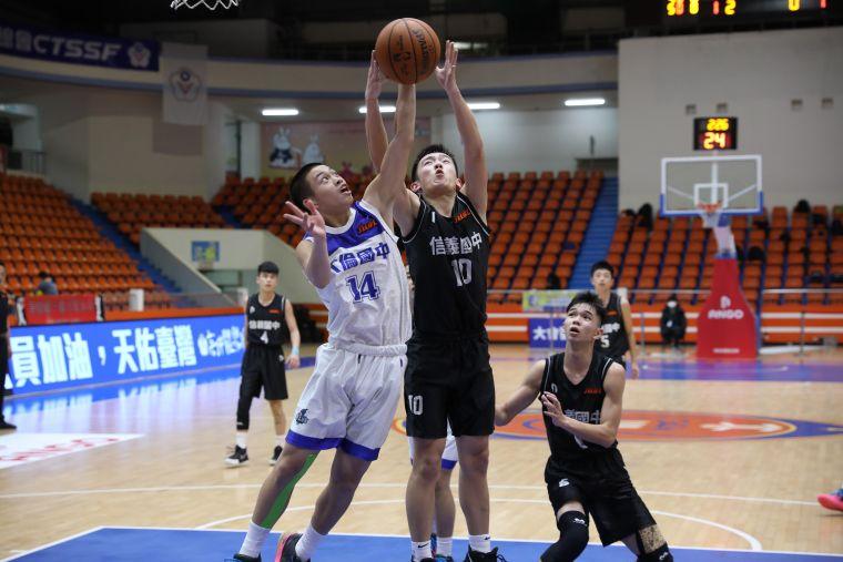 信義「一哥」張竣皓(右)17分、12籃板。大會提供