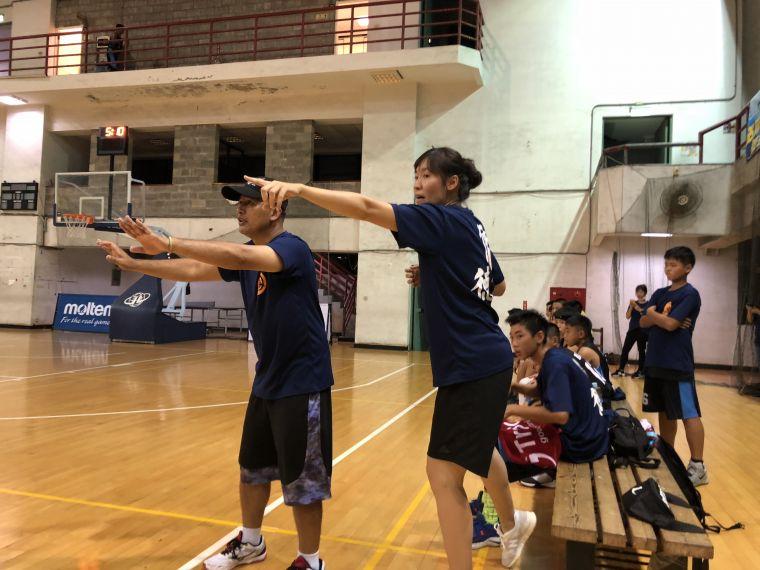 僑德教練檔劉懿文(右)、古天津(左)超投入,如跳雙人舞 。大會提供